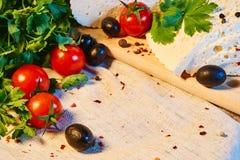 fromage géorgien fait maison d'Imeretian sur un conseil en bois, tomates-cerises, noix, raisins, épices photo libre de droits