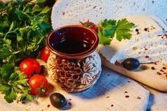 fromage géorgien fait maison d'Imeretian sur un conseil en bois, tomates-cerises, noix, raisins, épices photos stock