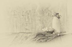 Fromage grec, fromage bulgare et lait sur la table en bois au-dessus du fond texturisé en bois Pékin, photo noire et blanche de l Image libre de droits