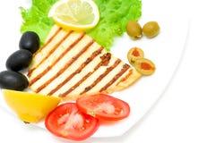 Fromage grillé avec les légumes et le citron sur un fond blanc Photo libre de droits