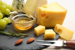 Fromage jaune de Maasdam, fromage blanc de camembert, fromage de Dor Blue images stock