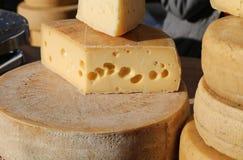Fromage mûr avec des trous à vendre sur le marché Photo libre de droits