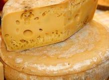 Fromage mûr savoureux avec des trous à vendre sur le marché Photo stock