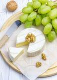 Fromage mou de brie avec des raisins et les écrous doux photo libre de droits