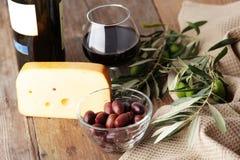 Fromage, olives, et vin Photo libre de droits