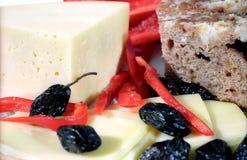 Fromage, olives, pain de ferme et paprica Image libre de droits