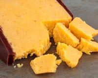 Fromage ? p?te dure jaune en cire rouge photo libre de droits