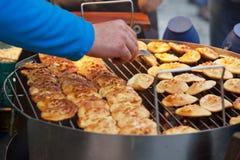 Fromage polonais traditionnel d'oscypek des montagnes de Tatra sur le marché à Cracovie Photo stock