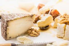 Fromage à pâte dure avec l'écrou et le miel Photos stock