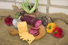 Fromage, saucisse et légumes Images libres de droits