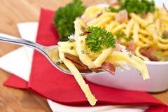 Fromage Spaetzle avec la partie sur la fourchette Photographie stock