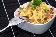 Fromage Spaetzle dans une cuvette (sur le noir) Image libre de droits