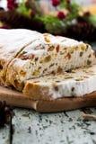 Fromage Stollen avec des fruits secs et des pistaches photographie stock libre de droits