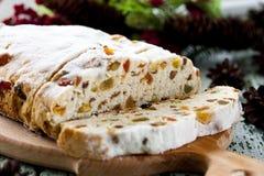 Fromage Stollen avec des fruits secs et des pistaches photographie stock