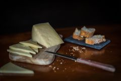 Fromage sur la table photo stock