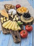 Fromage sur une table en bois Image libre de droits