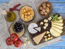 Fromage sur une table en bois Photos stock