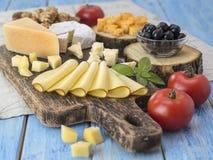 Fromage sur une table en bois Photos libres de droits