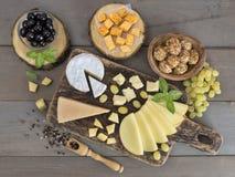 Fromage sur une table en bois Images libres de droits