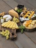 Fromage sur une table en bois Photo libre de droits