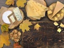 Fromage sur une table en bois Image stock