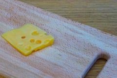 Fromage sur une table en bois Photographie stock libre de droits