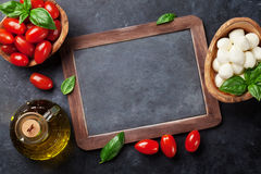 Fromage, tomate et basilic de mozzarella Photo stock