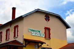 Fromagerie in un villaggio francese fotografie stock libere da diritti