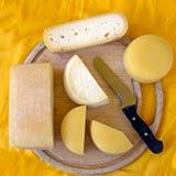 Fromages assortis sur le vieux panneau en bois, produits agricoles Photographie stock libre de droits