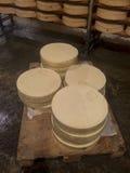 Fromages frais empilés sur des palettes Images stock