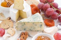 Fromages, fruit frais et casse-croûte moulés, plan rapproché Image stock