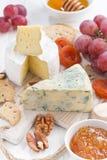 Fromages moulés, fruit frais et casse-croûte, verticaux Image stock