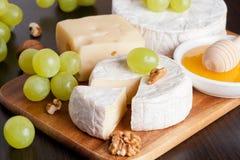 fromages, raisins et noix sur un fond en bois, horizontal Images stock