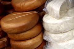 Fromages ronds faits maison Photographie stock