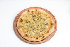 Fromaggi di quattro della pizza su un bordo di legno Fotografia Stock