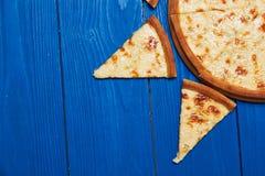 Fromaggi quattro πιτσών σε έναν ξύλινο πίνακα Στοκ Φωτογραφίες