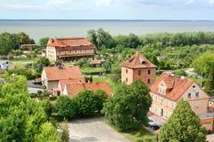 Frombork,波兰 在瓦屋顶的顶视图在城市 免版税库存图片
