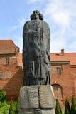 Frombork, Polen Een monument aan Nicolaus Coperniicus tegen de achtergrond van historische gebouwen Royalty-vrije Stock Fotografie
