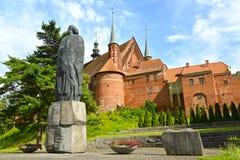 Frombork, Polen Monument aan Nicolaus Copernicus en fragment van een complexe kathedraal stock foto