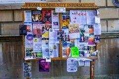 Frome gemenskapanslagstavla som täckas med broschyrer och reklamblad som tas i Frome, Somerset, UK royaltyfri foto