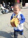 Fromhet barnet som önskar att gå till det guld- papperet arkivbilder
