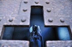 Fromme Statue in einem Grab stockbild