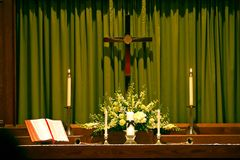 Frommer Altar mit Bibel, Kreuz und Kerzen Lizenzfreie Stockfotografie