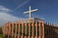 Frommes Kreuz auf einem Hügel Lizenzfreies Stockbild