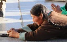 Frommes Tibet-Gebet im jokhang Tempel Stockbilder