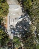 Fron di vista del parco del pattino il cielo preso da un fuco in mezzo ad un parco con gli alberi fotografia stock libera da diritti