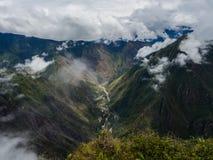 Fron di vista panoramica la cima della montagna di Machu Picchu, il fiume fotografia stock