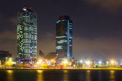 摩天大楼fron海夜视图在巴塞罗那 卡塔龙尼亚, Sp 免版税库存照片