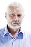 Froncement de sourcils de portrait d'homme supérieur songeur Image libre de droits
