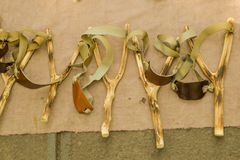 Fronde en bois de catapulte prête à employer images stock